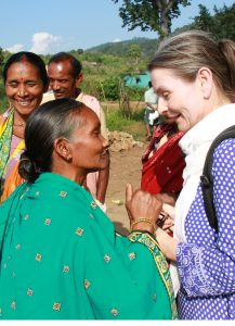 Reissonntag-Vortragende Andrea Reitinger, vor Ort bei indischen Bio-BaumwollproduzentInnen. (Bild: Fairtrade/Vipul Kulkarni)