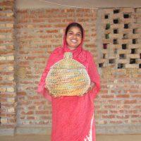 4__Korbflechterin_in_einer_Kunsthandwerksgruppe_Dhaka_Handicrafts_Bild__elpuente